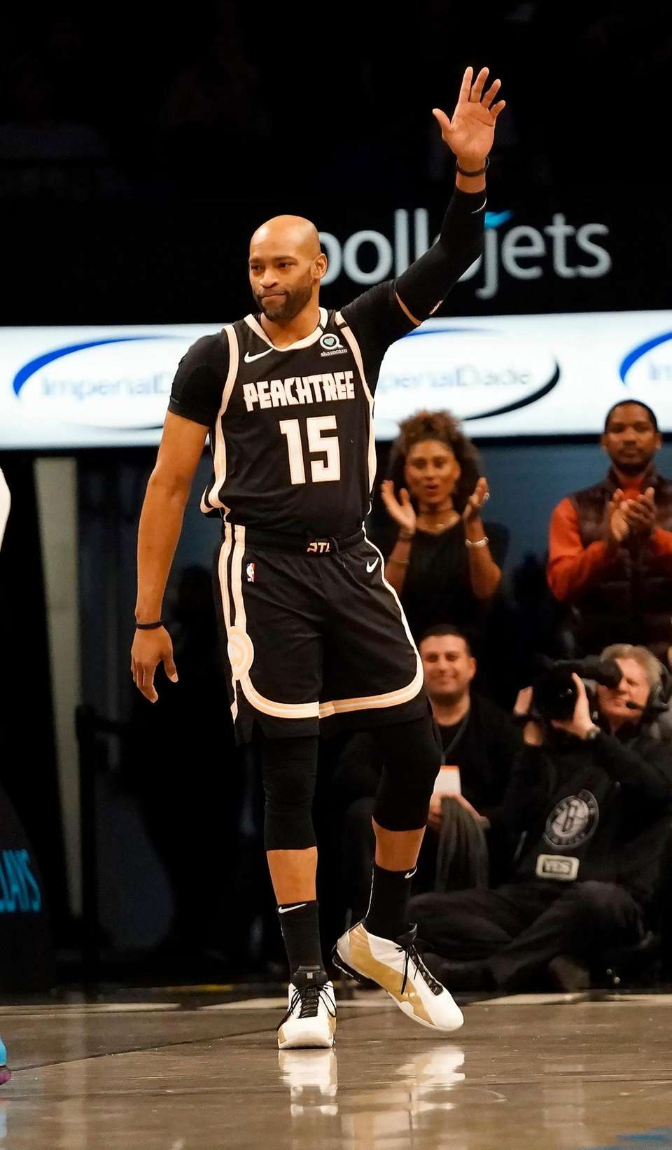 Atlanta Hawks guard Vince Carter (15) acknowledge the