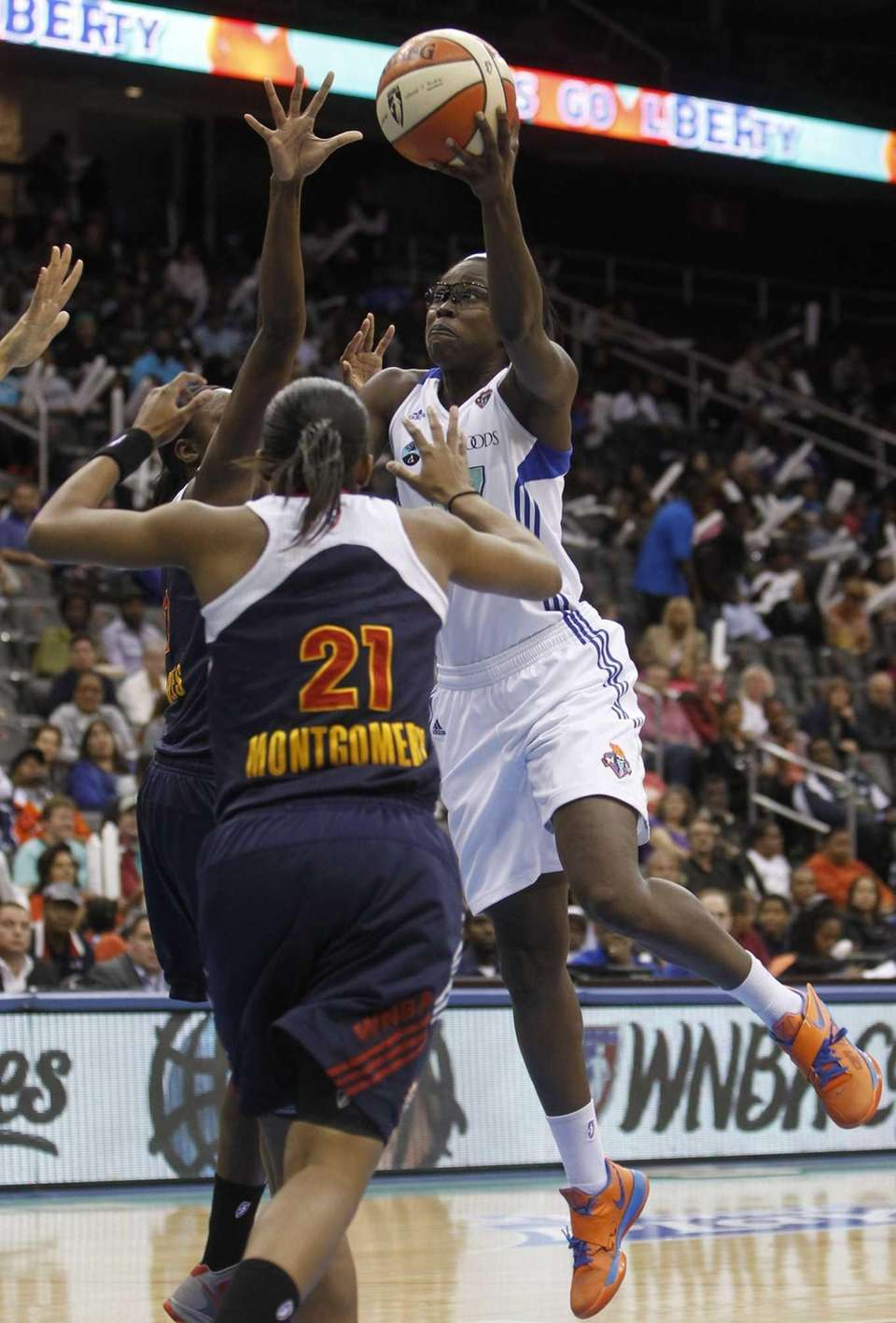 Essence Carson shoots against Connecticut Sun's Tina Charles.