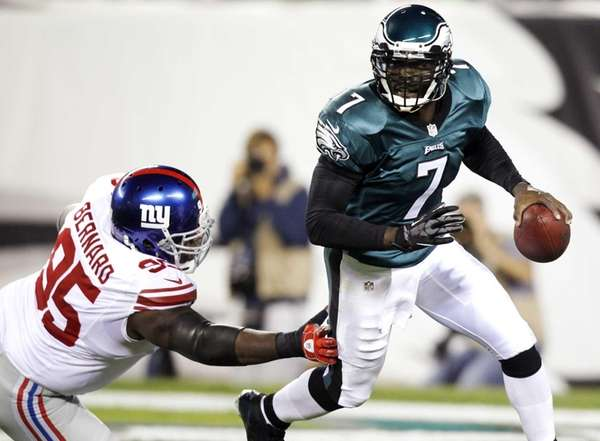 Philadelphia Eagles quarterback Michael Vick (7) runs with