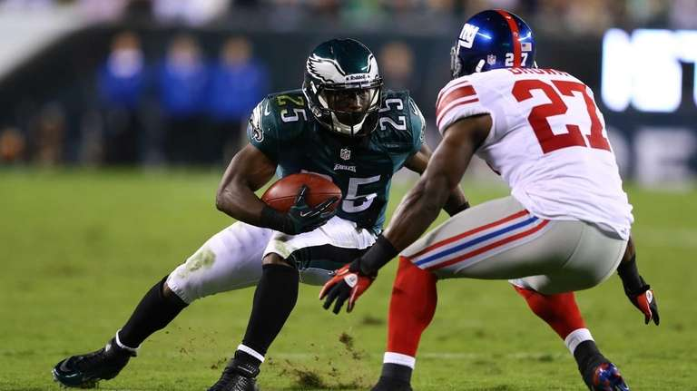LeSean McCoy of the Philadelphia Eagles runs against