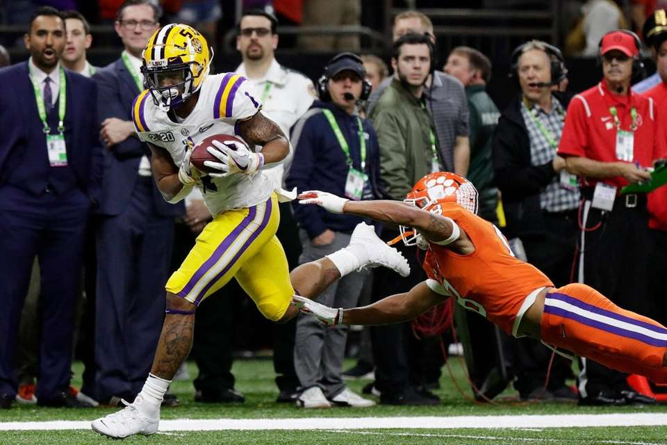 LSU wide receiver Ja'Marr Chase scores past Clemson