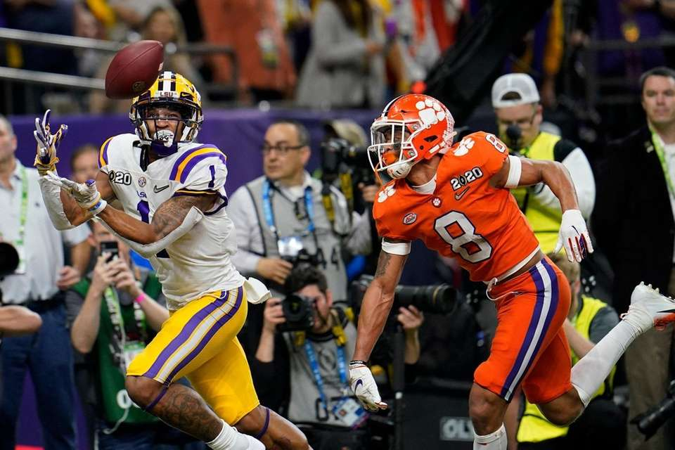 LSU wide receiver Ja'Marr Chase catches a touchdown
