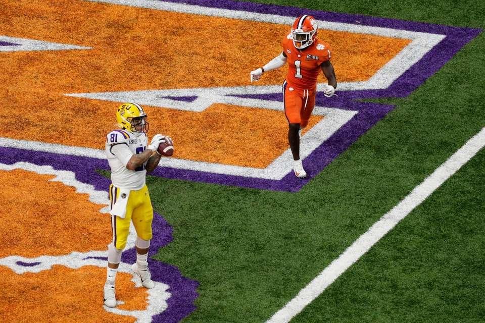 LSU tight end Thaddeus Moss scores as Clemson