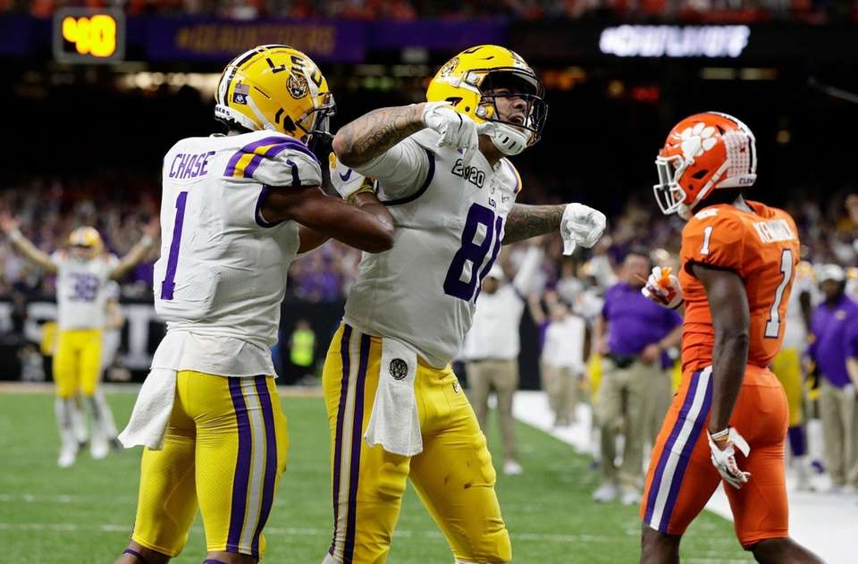 LSU tight end Thaddeus Moss, center, celebrates after