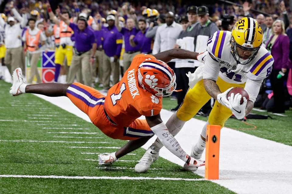 LSU tight end Thaddeus Moss scores a touchdown