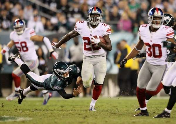 Giants running back David Wilson avoids a tackle