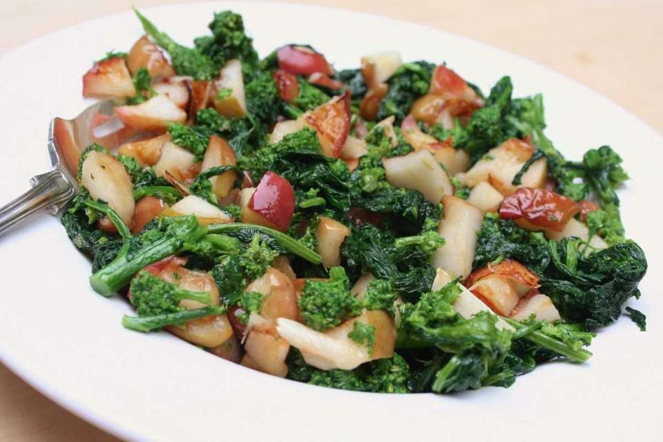 WHAT YOU'LL NEED: 1 bunch broccoli rabe,