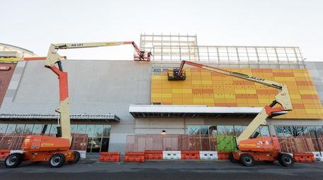 Construction on the facade of the Samanea New
