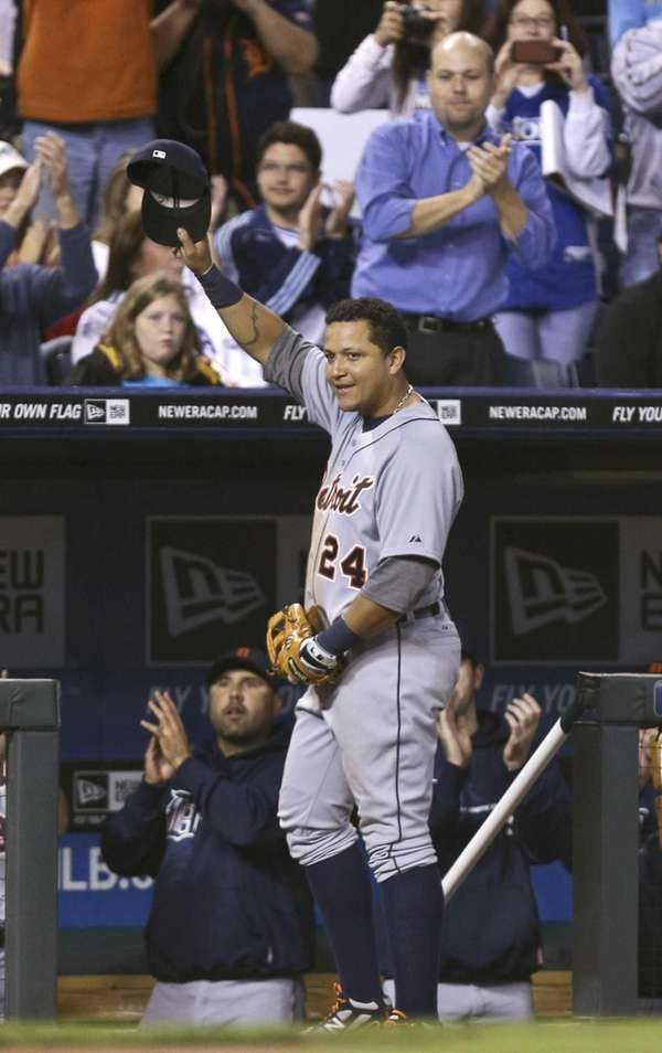 Miguel Cabrera waves his cap to the crowd