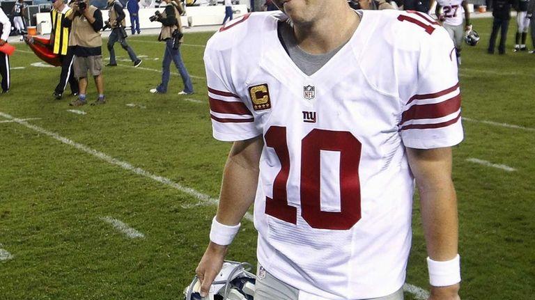 New York Giants quarterback Eli Manning walks off
