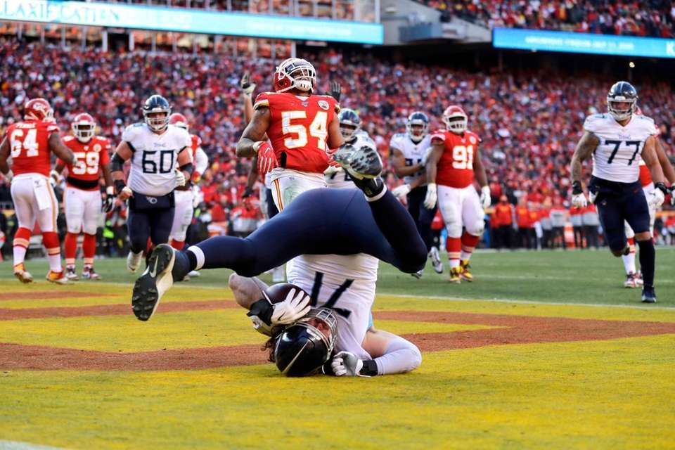 Tennessee Titans' Dennis Kelly (71) catches a touchdown