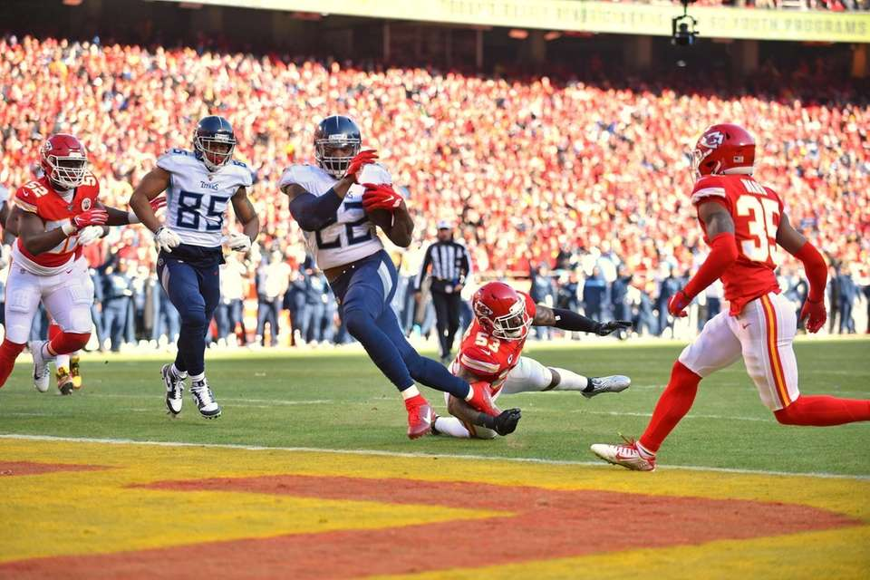 Tennessee Titans' Derrick Henry (22) runs for a