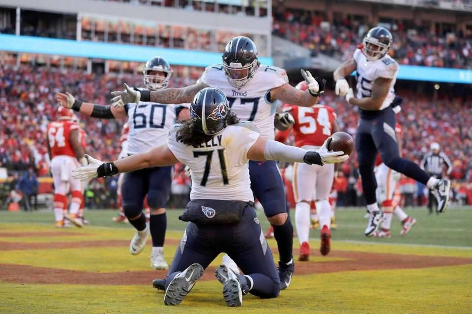 Tennessee Titans' Dennis Kelly (71) celebrates after catching