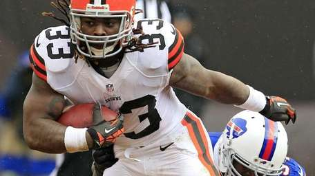 Cleveland Browns running back Trent Richardson escapes a