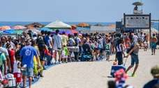 Independence Day day crowds gather at Jones Beach
