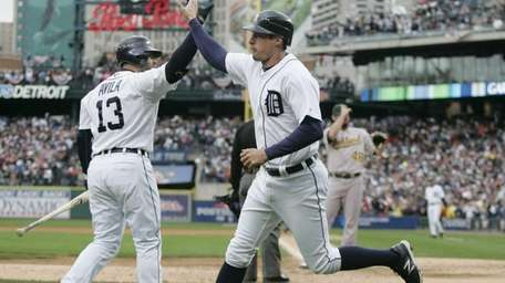 Detroit Tigers' pinch runner Don Kelly, right, is