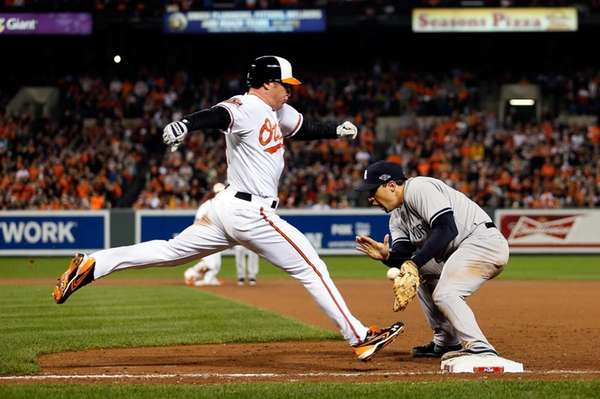 Mark Teixeira picks the ball to force out