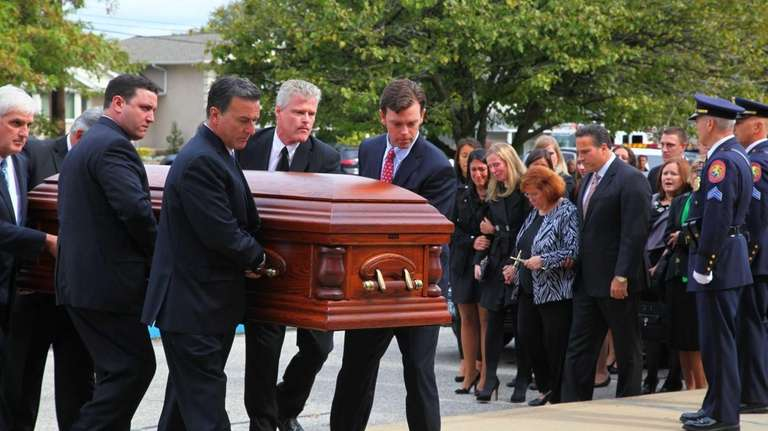 The coffin of Peter Schmitt is brought into