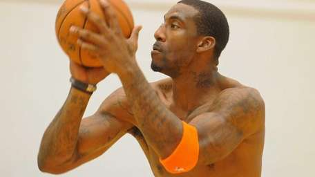 Amar'e Stoudemire works on free throws during team