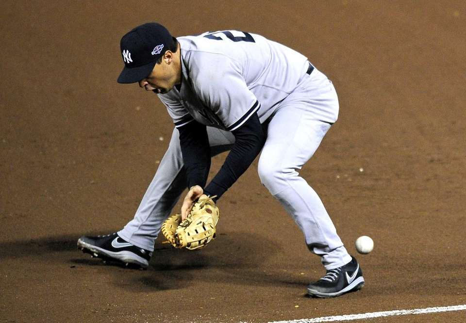 Mark Teixeira makes an error on a ground