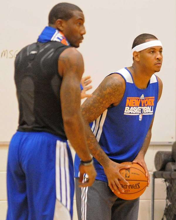 Knicks guard Carmelo Anthony, right, practices alongside teammate