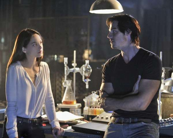 Kristin Kreuk as Catherine Chandler and Jay Ryan