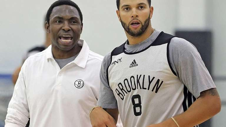 Avery Johnson and Deron Williams talk on court