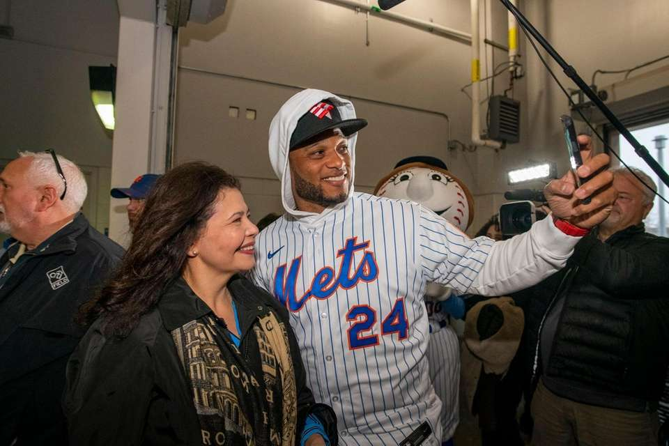 New York Mets Robinson Cano takes a picture