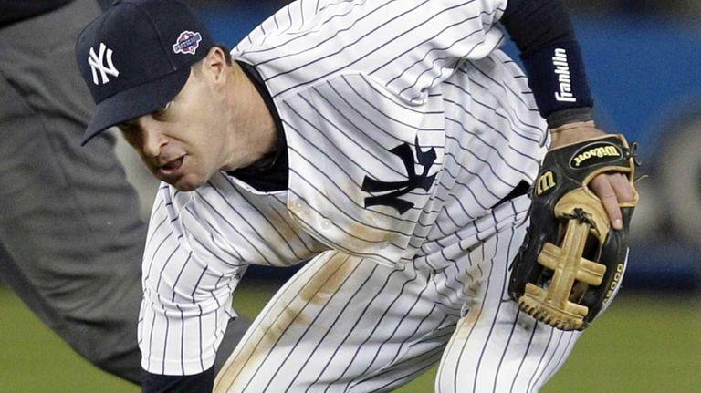 Yankees third baseman Jayson Nix struggles to pick