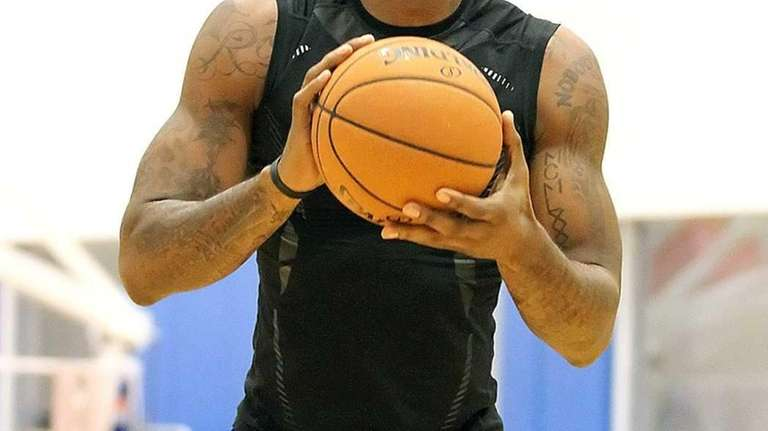 Amar'e Stoudemire shoots during the Knicks training camp