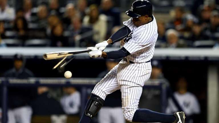 Curtis Granderson breaks his bat on a foul