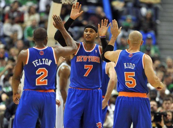 Carmelo Anthony high-fives teammates Raymond Felton and Jason