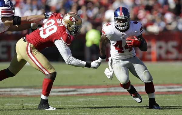 Giants running back Ahmad Bradshaw runs past San