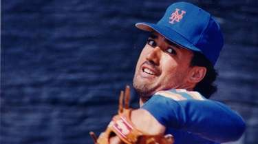 Ron Darling of the Mets winds up to