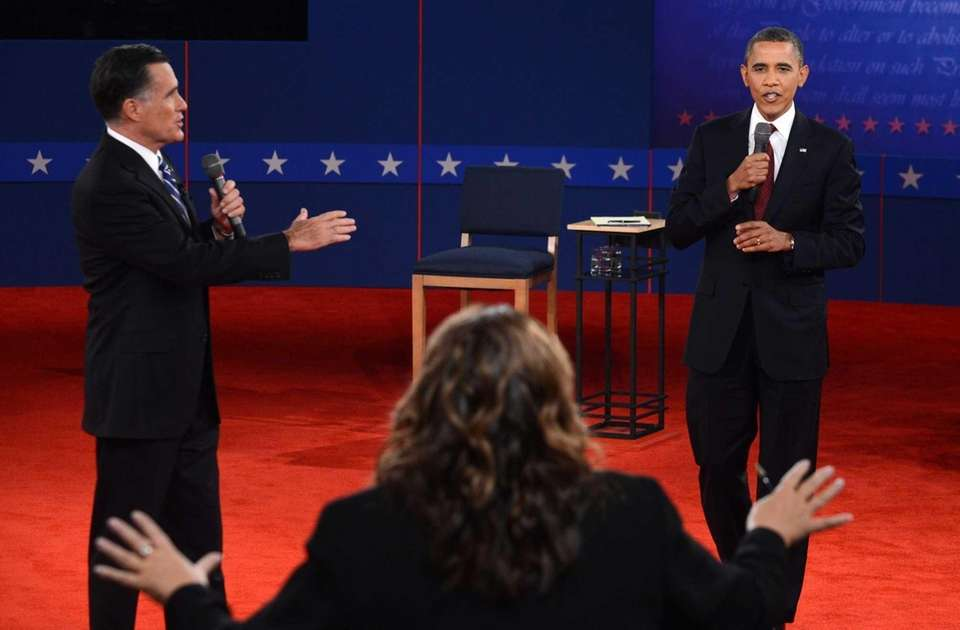 CNN's Candy Crowley, center, conducts the second presidential