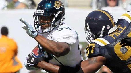 Maurice Jones-Drew #32 of the Jacksonville Jaguars runs