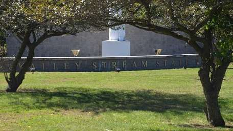 Valley Stream State Park has picnic areas with
