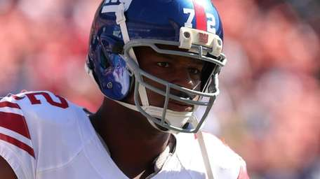 Osi Umenyiora warms up before a game against