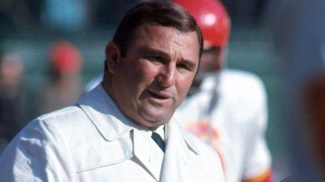 Kansas City Chiefs head coach Hank Stram gives