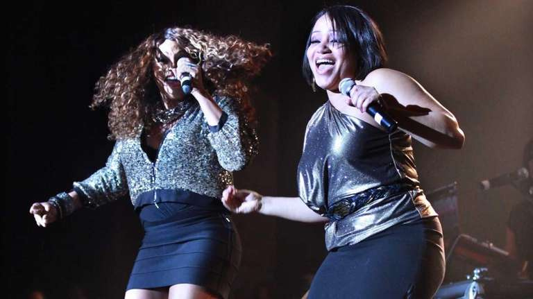 Salt-N-Pepa perform after being inducted into the Long