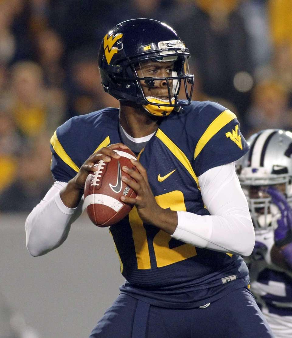 Geno Smith of the West Virginia Mountaineers drops