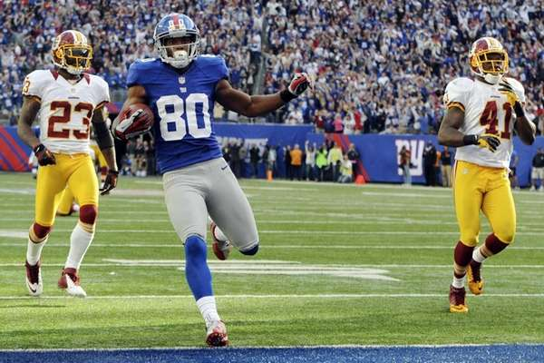 Victor Cruz scores the winning touchdown ahead of