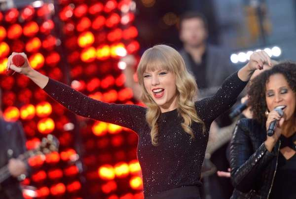 "Taylor Swift peforms at ABC News' ""Good Morning"