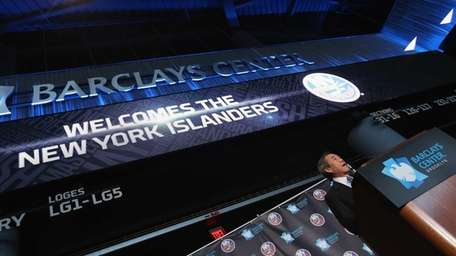 New York Islanders owner Charles Wang announces the