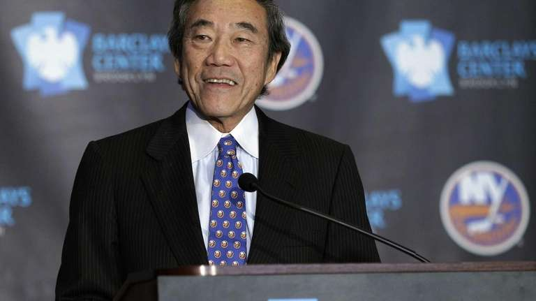 Islanders owner Charles Wang addresses the meida during