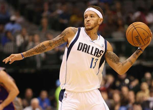 Delonte West of the Dallas Mavericks passes the