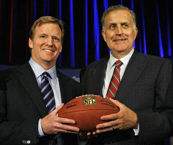 Then-NFL COO Roger Goodell, left, and then-NFL commissioner