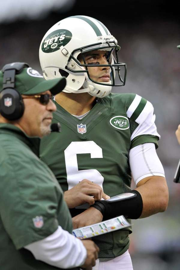 Tony Sparano and Mark Sanchez confer during a