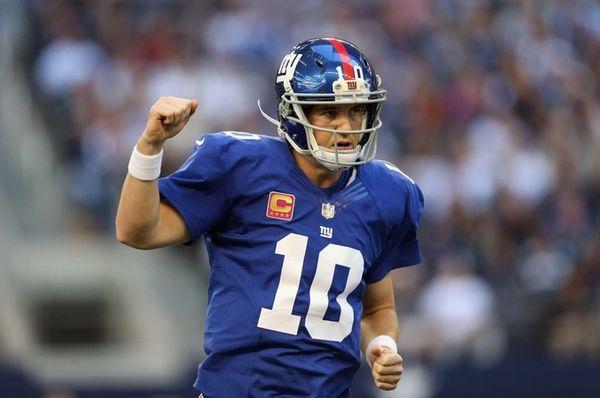 Eli Manning celebrates a touchdown by Henry Hynoski