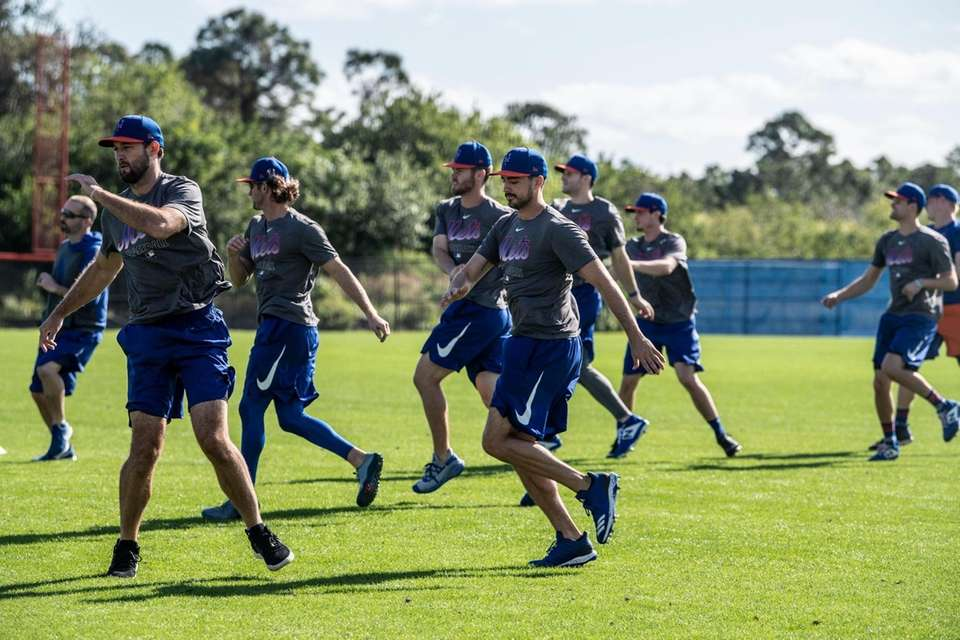 NY Mets pitchers and catchers warm up at